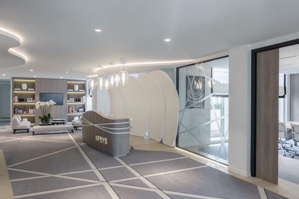 Photo de l'accueil du siège social d'Apsys avec un plafond tendu blanc
