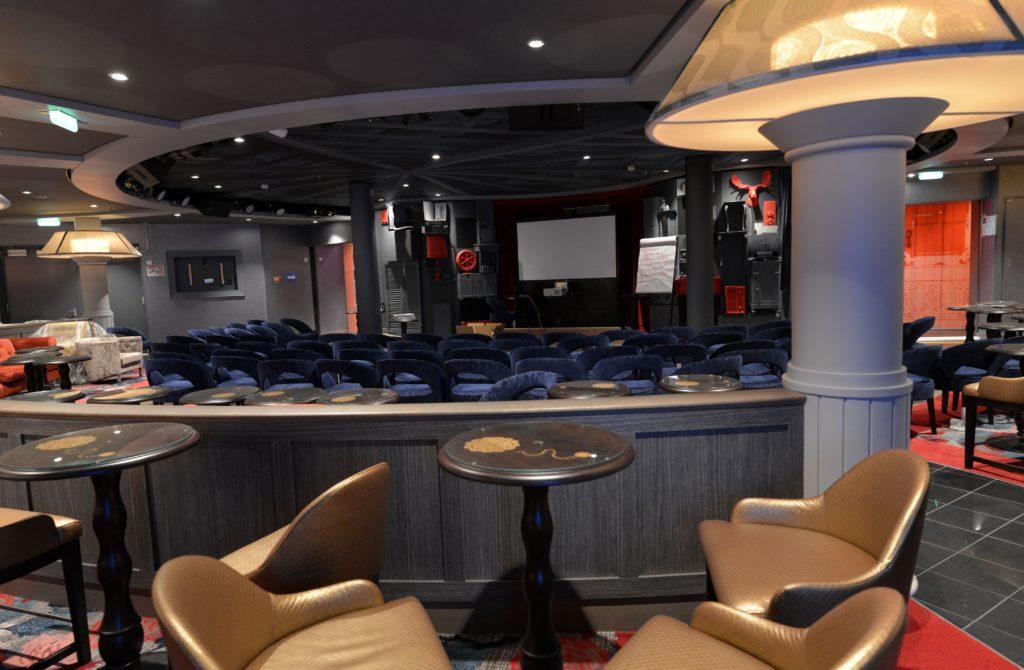 Photo du plafond imprimé esprit grenier du comedy club sur le bateau Symphony of the Seas