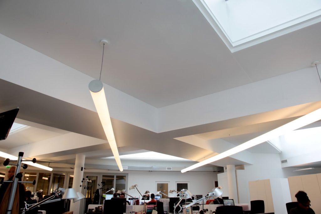 Photo de plafonds acoustiques blancs dans les bureaux d'universal network à Paris