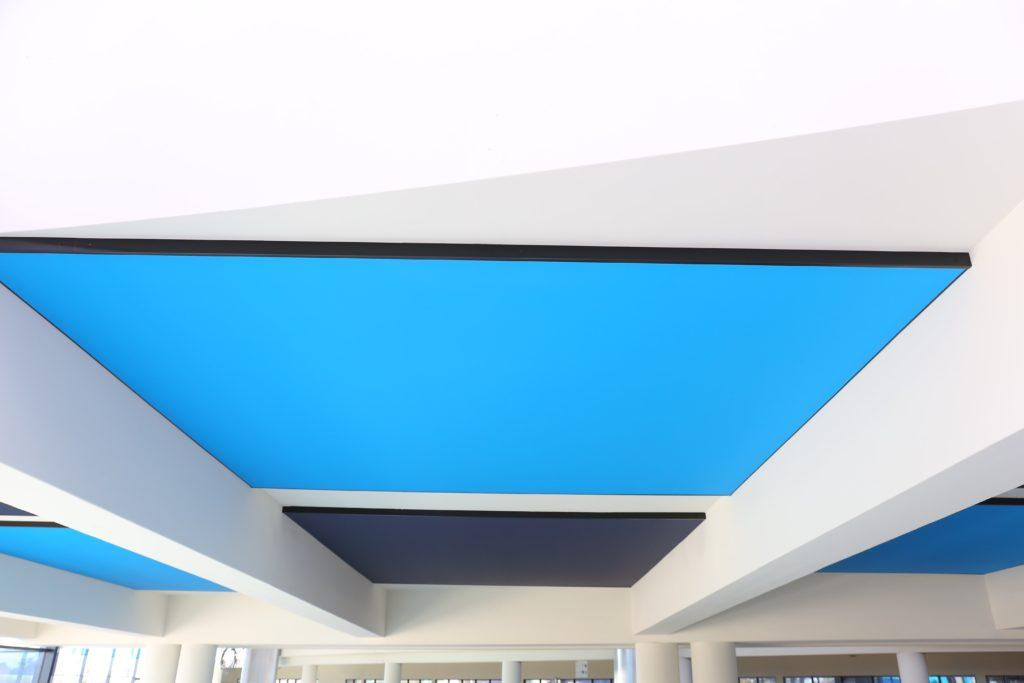 Photo de cadres acoustiques imprimés colors bleu installé au plafond
