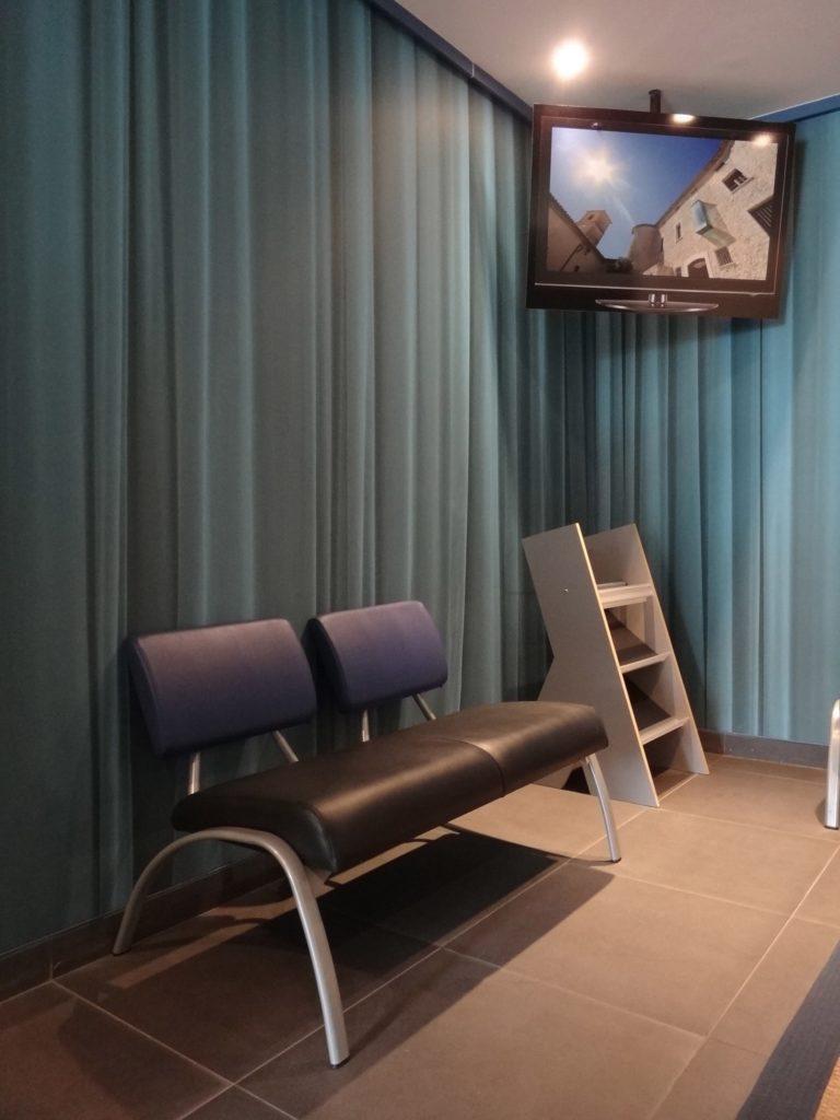 Photo de murs imprimés acoustiques avec un visuel reprenant des rideaux bleus