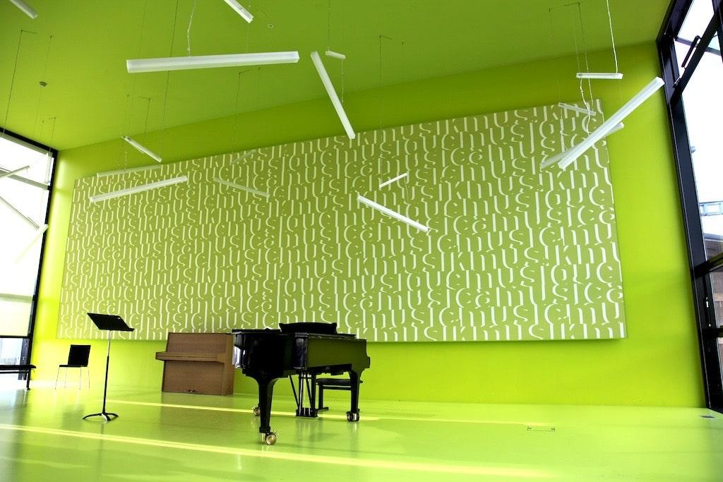 photo d'une salle de musique vert prairie avec un cadre acoustique mural imprimé