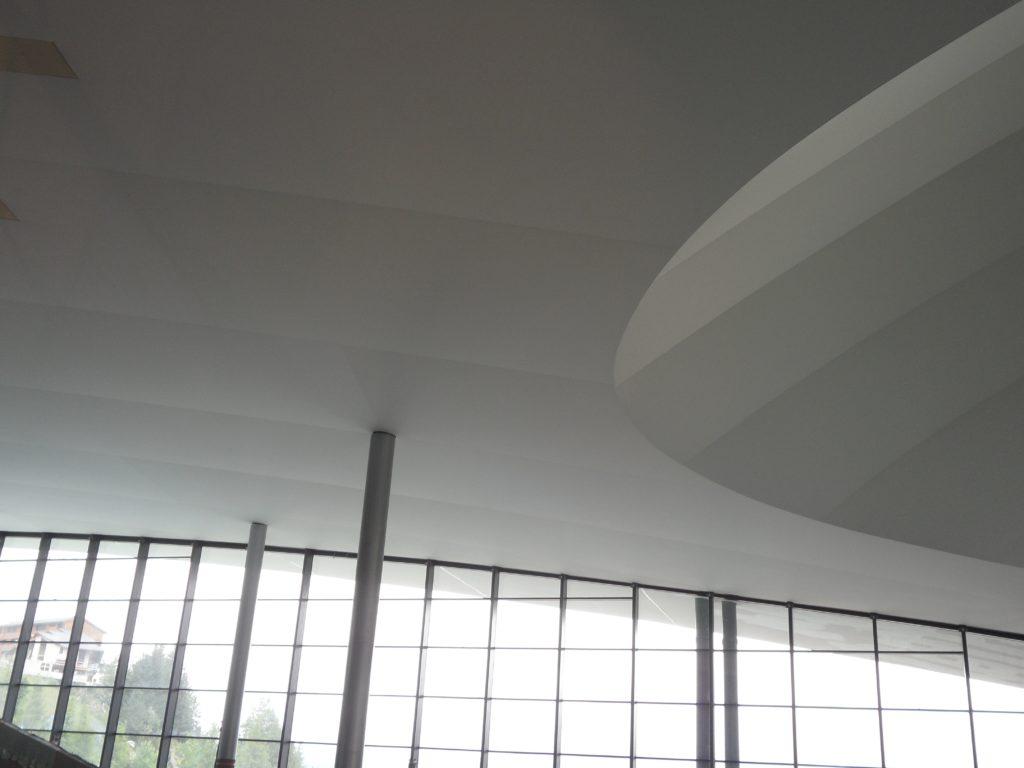 Photo du plafond acoustique blanc du centre aquatique de Courchevel