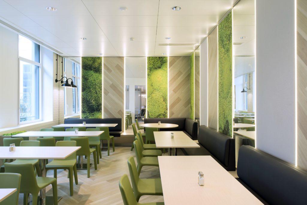 Photo de murs acoustiques imprimés visuel mousse dans une des salles d'un R.I.E.