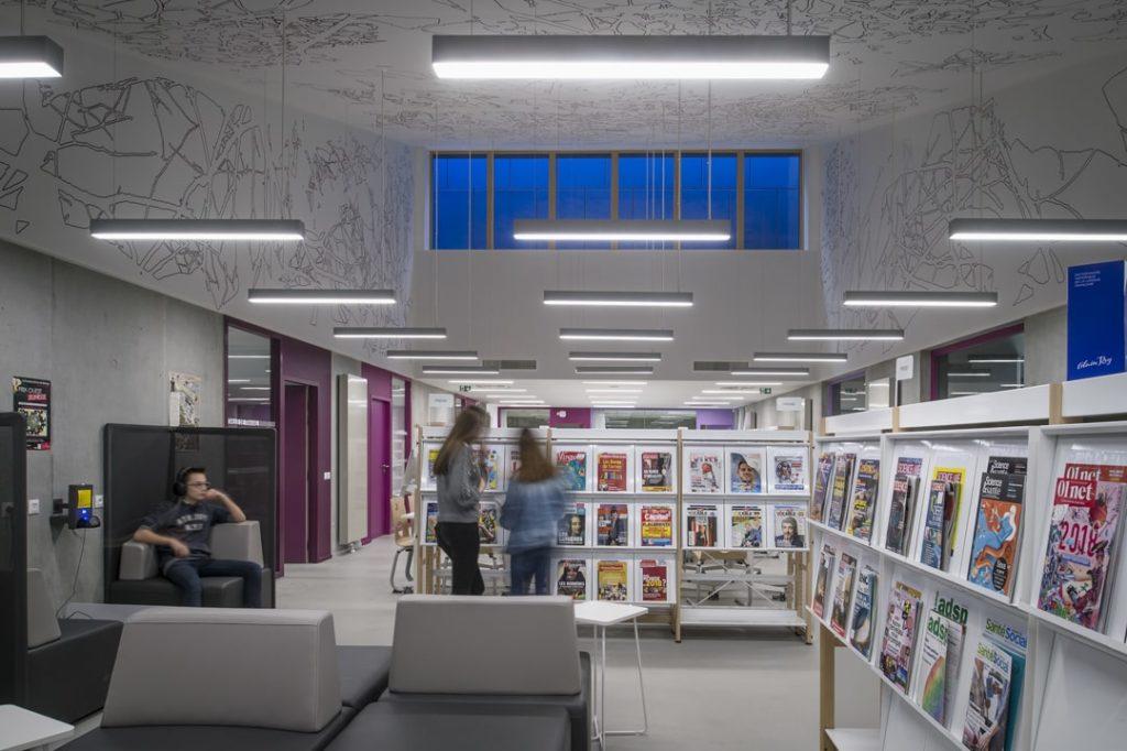 Photo du C.D.I du lycée de Carquefou avec des plafonds imprimés avec un visuel de cartographie