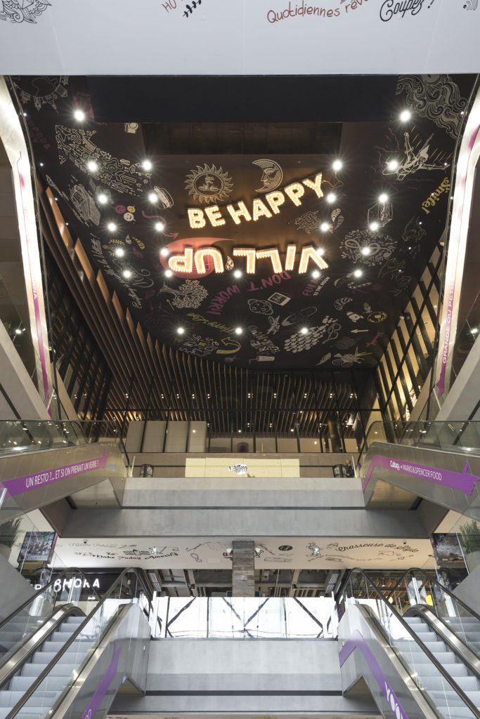 Photo du plafond imprimé acoustique noir avec motif dessin du centre commercial VILL'UP