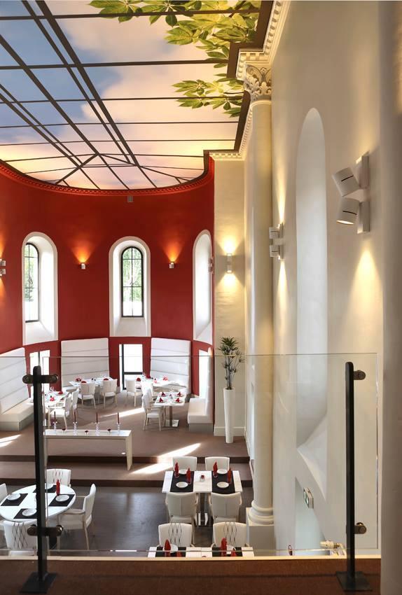 toile imprimée d'une verrière et mis au plafond dans une ancienne chapelle restaurée en restaurant