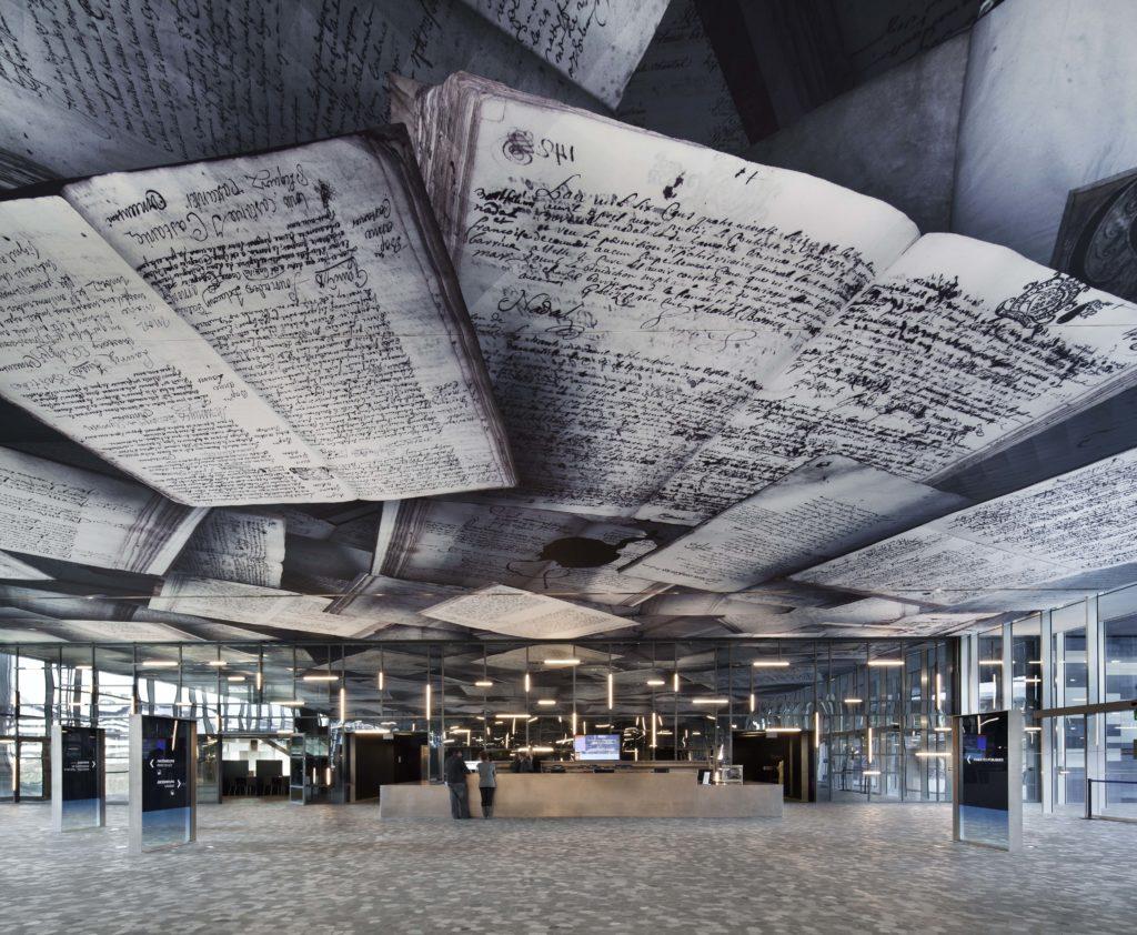 Photo du plafond imprimé avec des visuels des archives de l'hôtel de ville de Montpellier