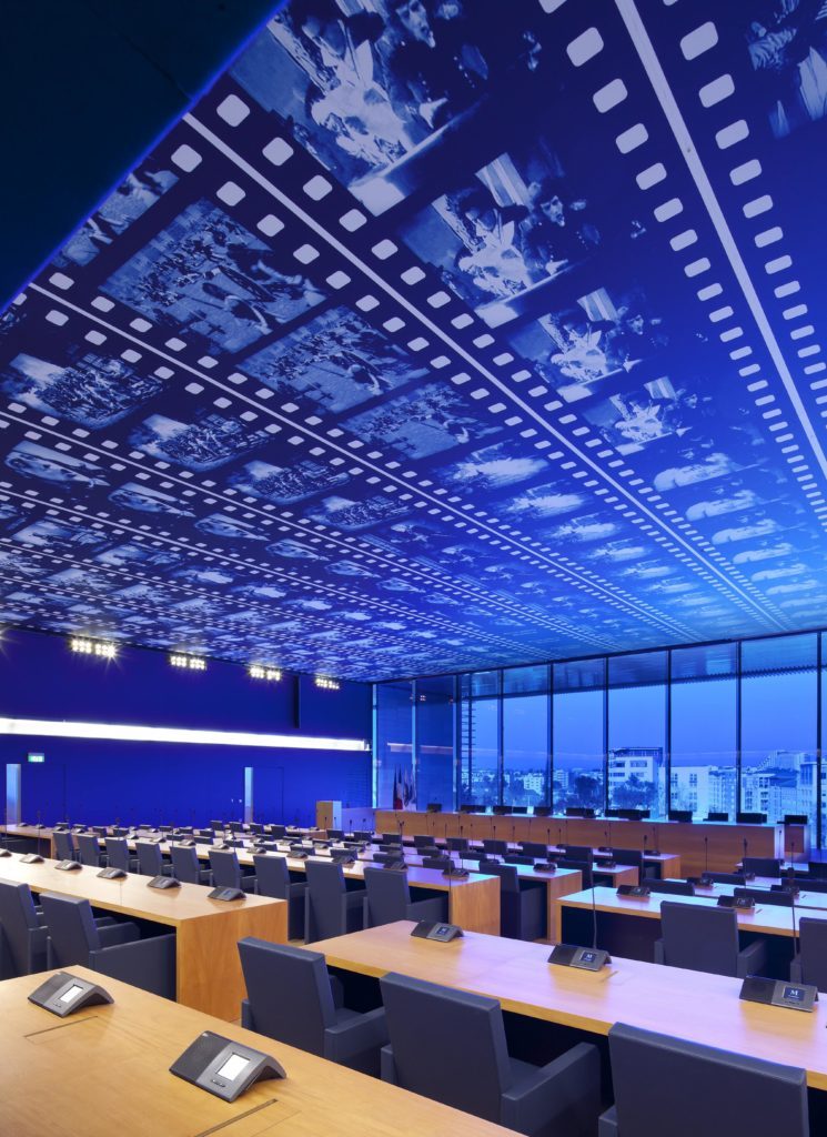 Photo d'un plafond tendu imprimé avec un visuel de pellicule de film