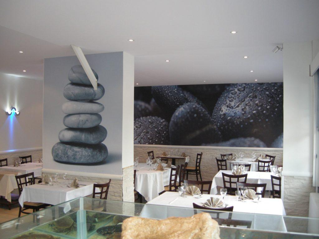 Photo de mur imprimé avec des photos de galet et un plafond tendu acoustique blanch