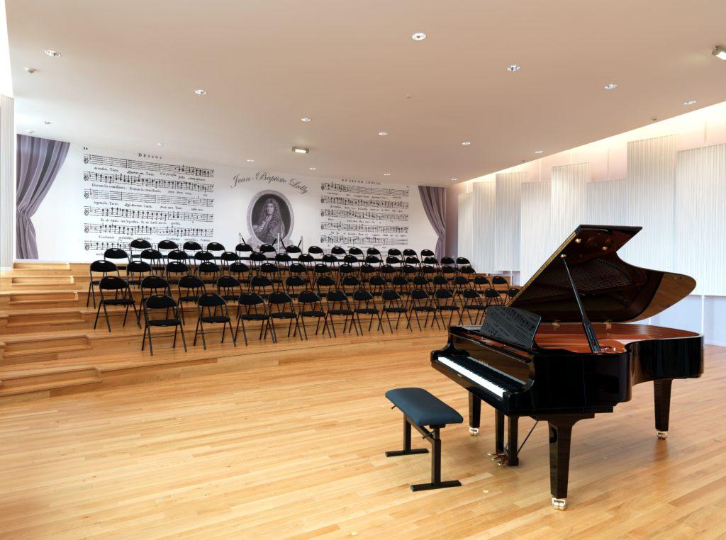 Photo d'un mur imprimé avec un visuel de notes de musique dans une salle de piano dans un conservatoire de musique