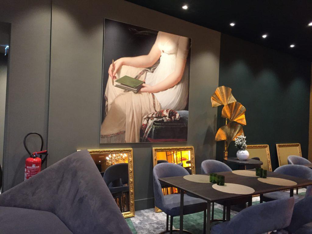 photo d'un cadre mural avec le visuel d'un buste de femme sans la tête
