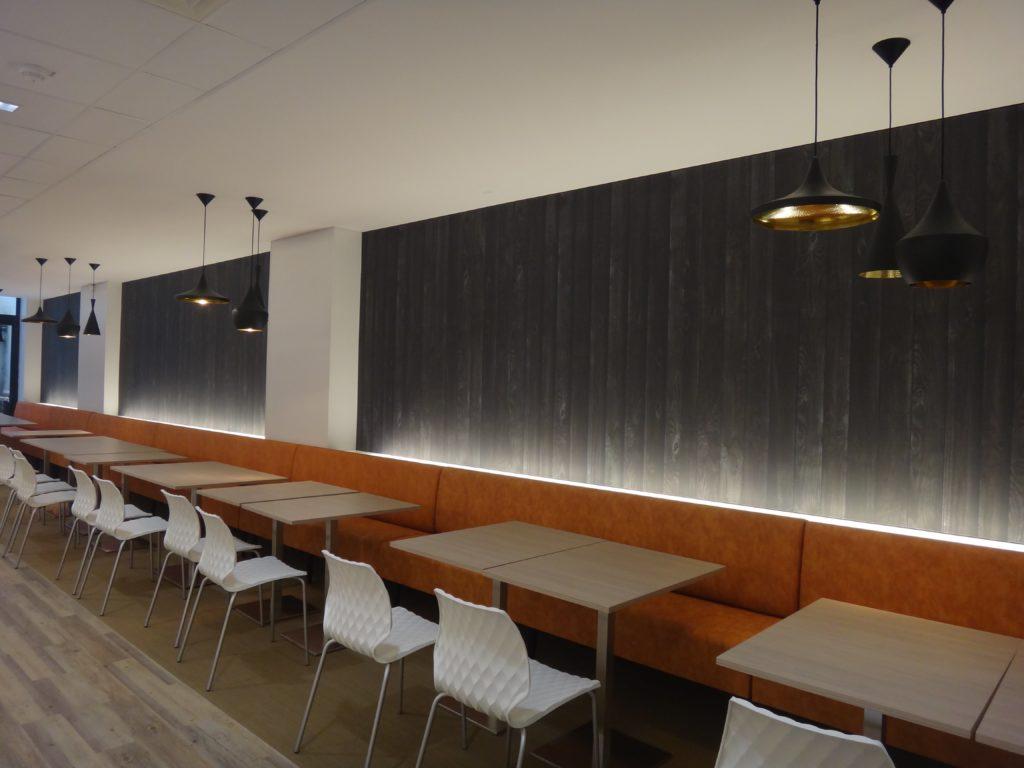 Photo de murs imprimés acoustiques avec un visuel de lame en bois noir