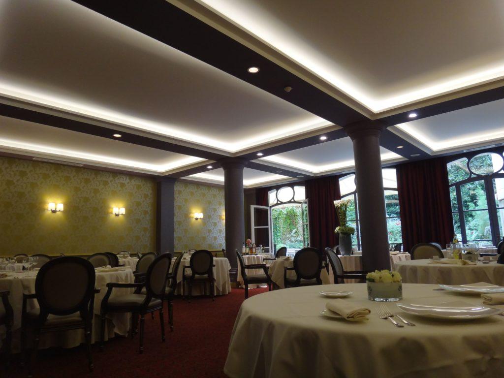 photo d'une salle de restaurant avec des plafonds rétroéclairés acosutiques blanc