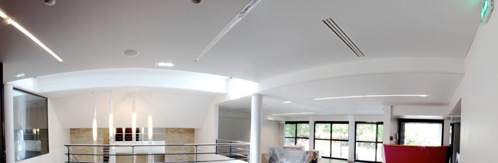 Photo de plafonds acoustiques blancs, à la chambre de métiers et de l'artisanat à Paris
