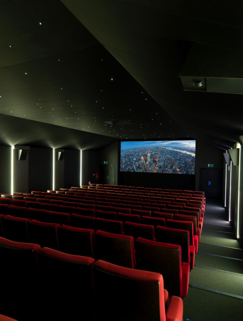 Photo d'une salle de cinéma avec des plafonds acoustiques noirs