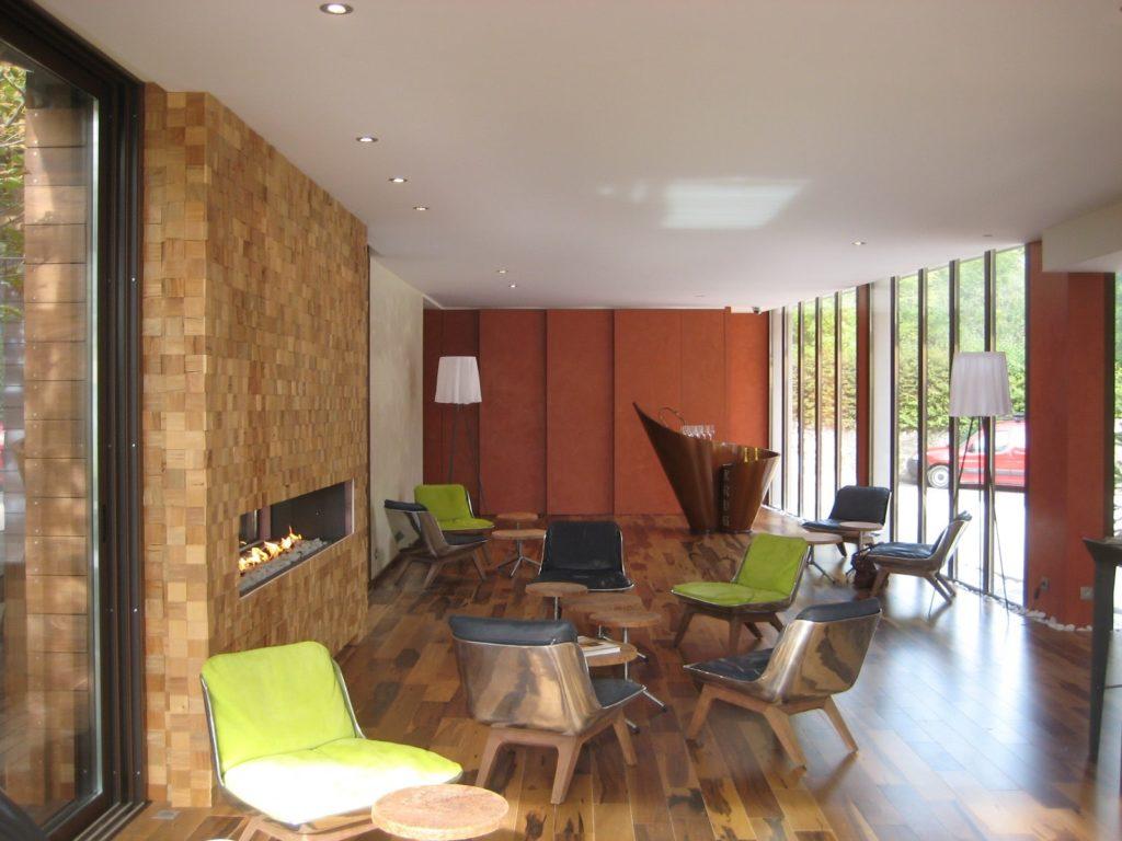 Photo de la réception du restaurant le clos des sens à annecy avec un plafond acoustique blanc