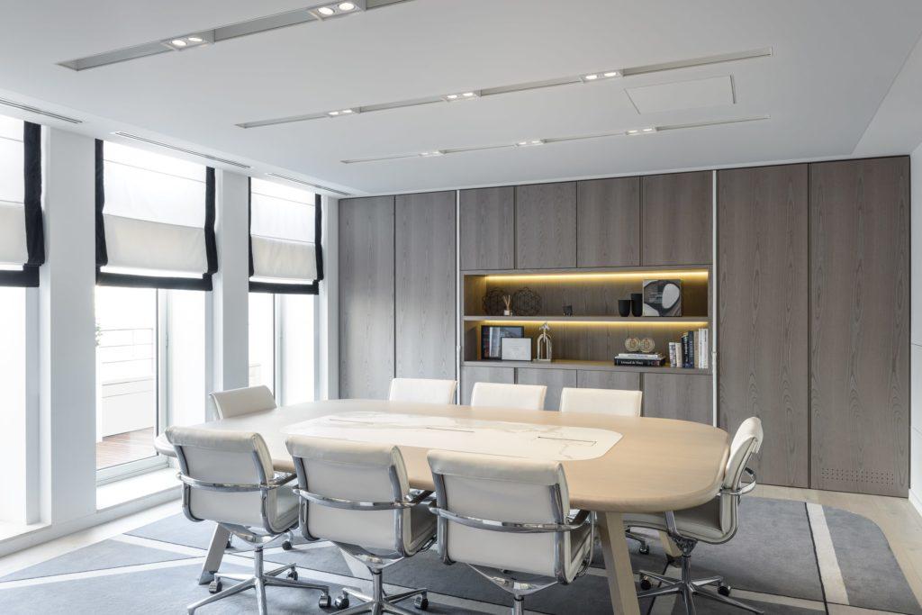 Photo d'une salle de réunion avec un plafond acoustique blanc au siège social d'Apsys