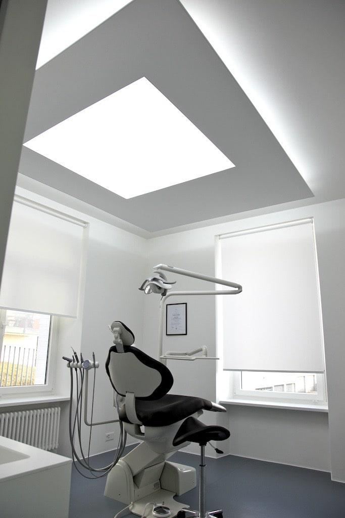 Photo d'un fauteuil de dentiste avec un cadre tout-en-1 rétroéclairé