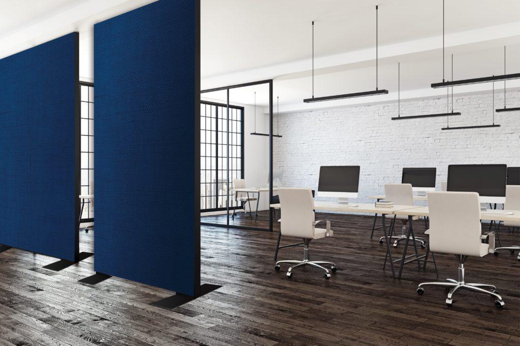 photo d'un espace de coworking avec des cadres en configuration cloison avec une couleur imprimée bleue
