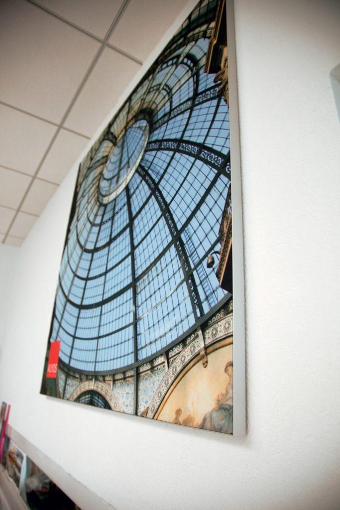 photo d'un cadre acoustique imprimé avec le visuel d'une verrière à Milan