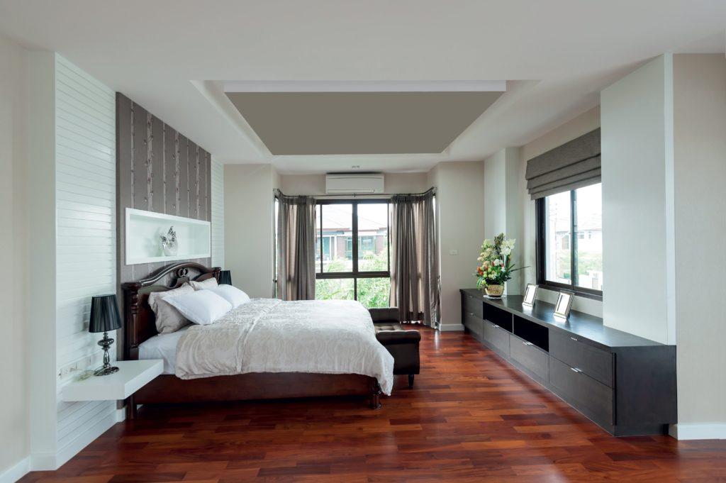photo d'une chambre à a coucher avec un cadre acoustique fixé au plafond