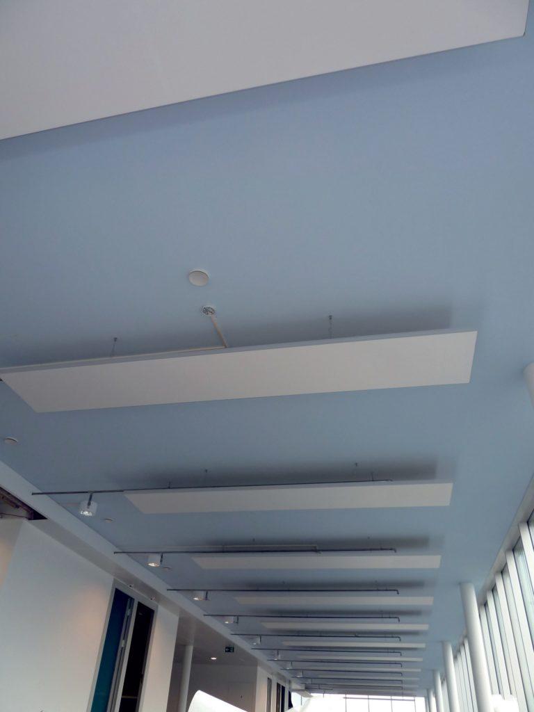 photo de cadres acoustiques blanc suspendus au plafond