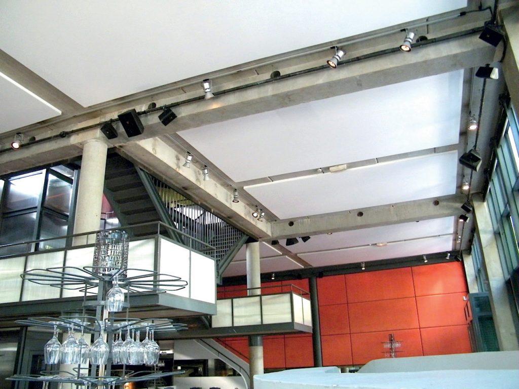 photo de cadres acoustiques blancs fixés au plafond dans une salle de restaurant
