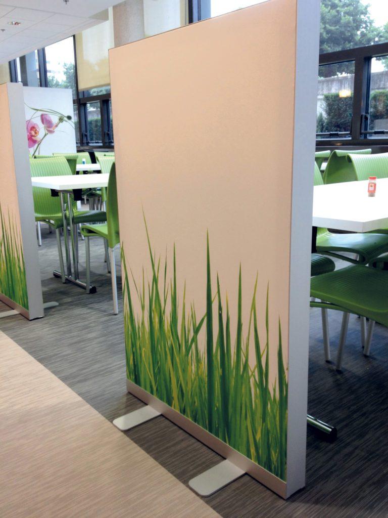 photo d'un cadre acoustique sur pied avec un visuel d'herbe