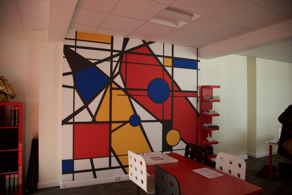 photo d'un mur imprimé avec un visuel inspiration Mondrian