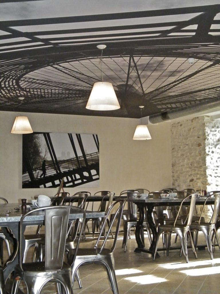 Photo d'un plafond imprimé avec une architecture industrielle dans une salle de restaurant