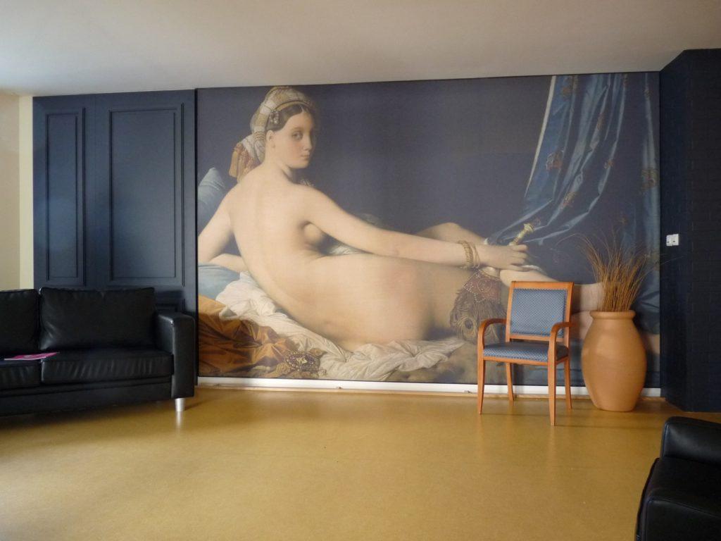 Mur imprimé avec le tableau La Grande Odalisque par Ingres, dans un salon d'une maison de retraite