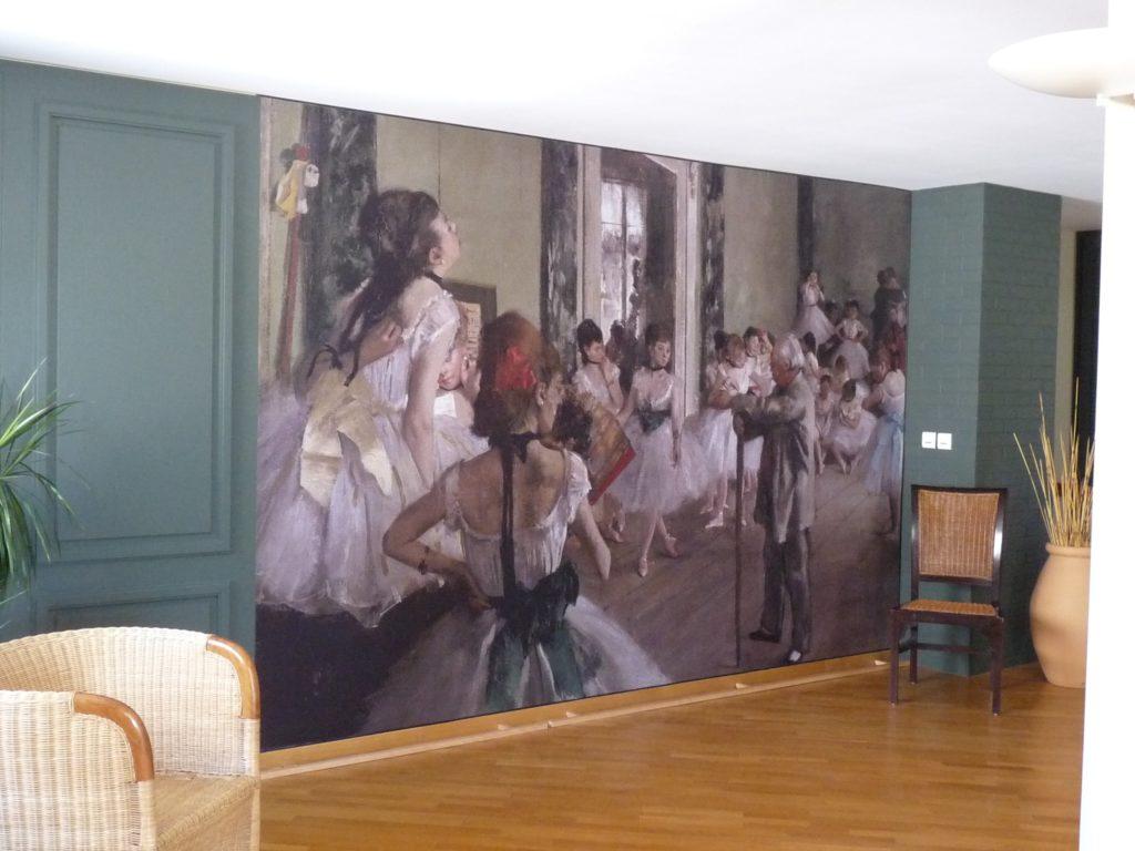 photo d'un mur imprimé avec le tableau la classe de danse par Edgar Degas