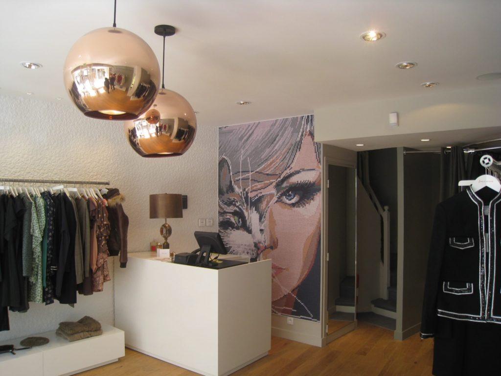photo de l'interieur d'un magasin avec un mur imprimé visuel visage et chat imitation canevas
