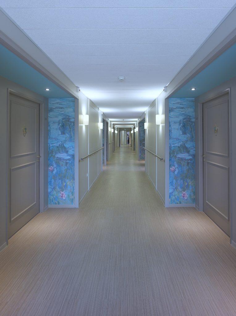 photo d'alcôve vers les ascenseurs avec des murs imprimés avec le visuel de la série des nymphéas de Monet