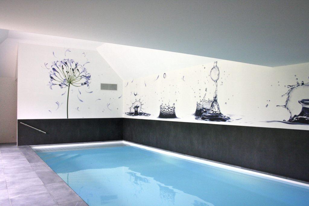 Mur imprimé avec une fleur violette sur un fond blanc et des gouttes d'eau vers une piscine