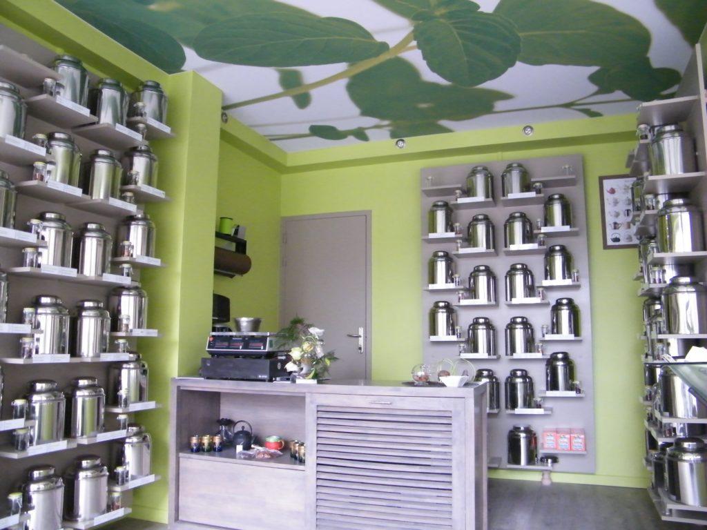 Photo d'un plafond imprimé avec des feuilles vertes dans un magasin de thé