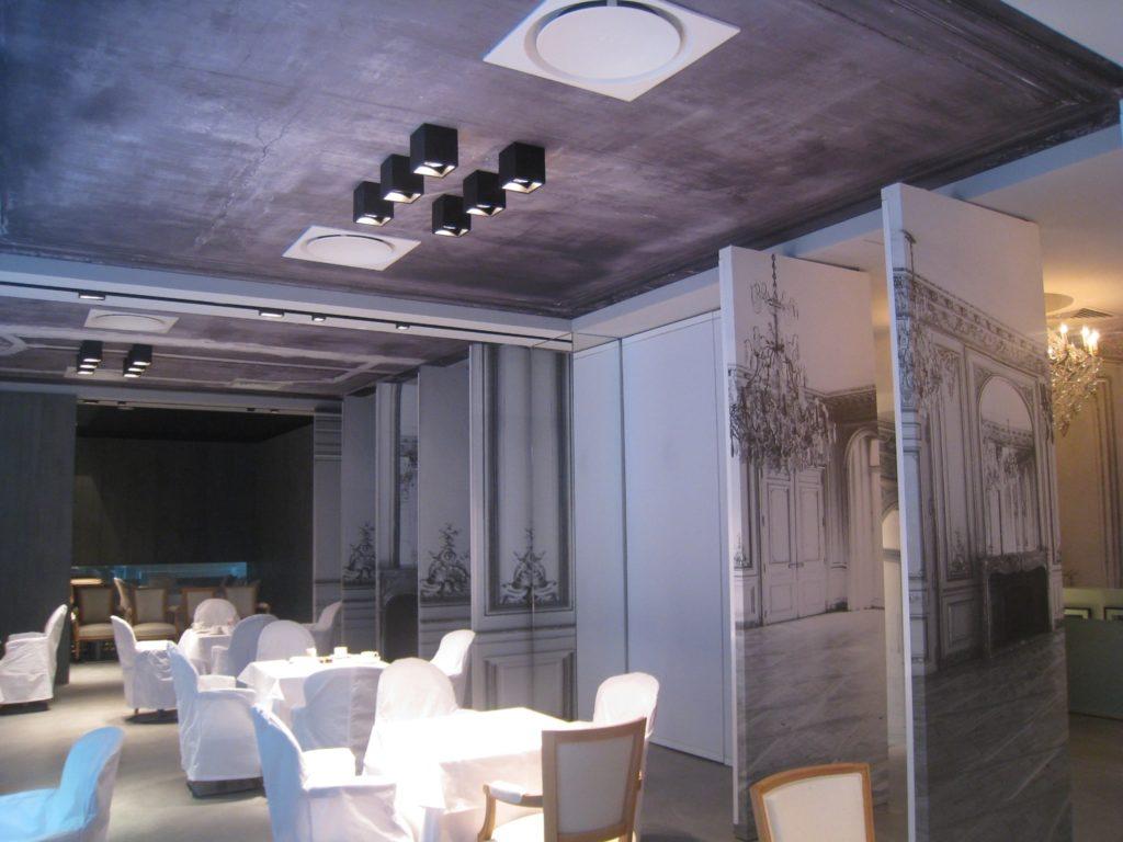 photo d'une salle de restaurant avec des plafonds imprimés acoustiques esprit plafond délabré en noir et blanc
