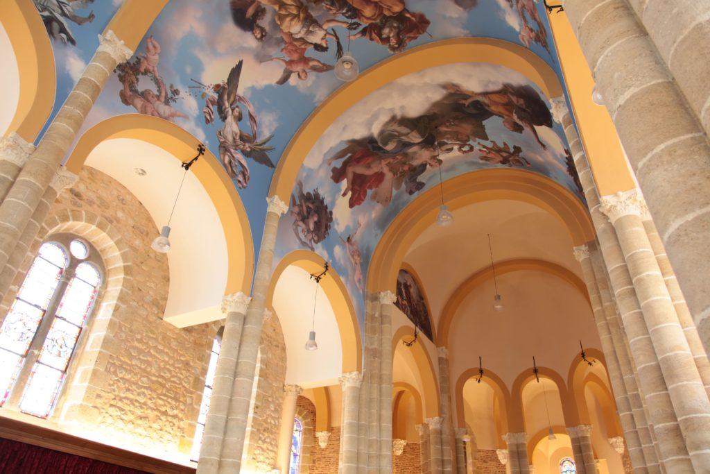 photo de plafond imprimé dans une réhabilitation d'une chapelle à avec des plafonds acoustiques imprimés sous voutes avec des visuels d'anges et autres