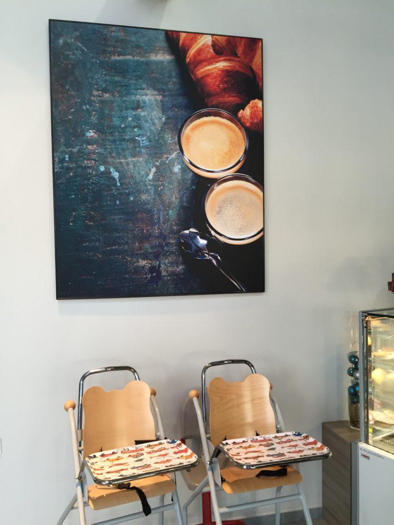 Photo d'un mur imprimé avec un visuel de croissant et de café