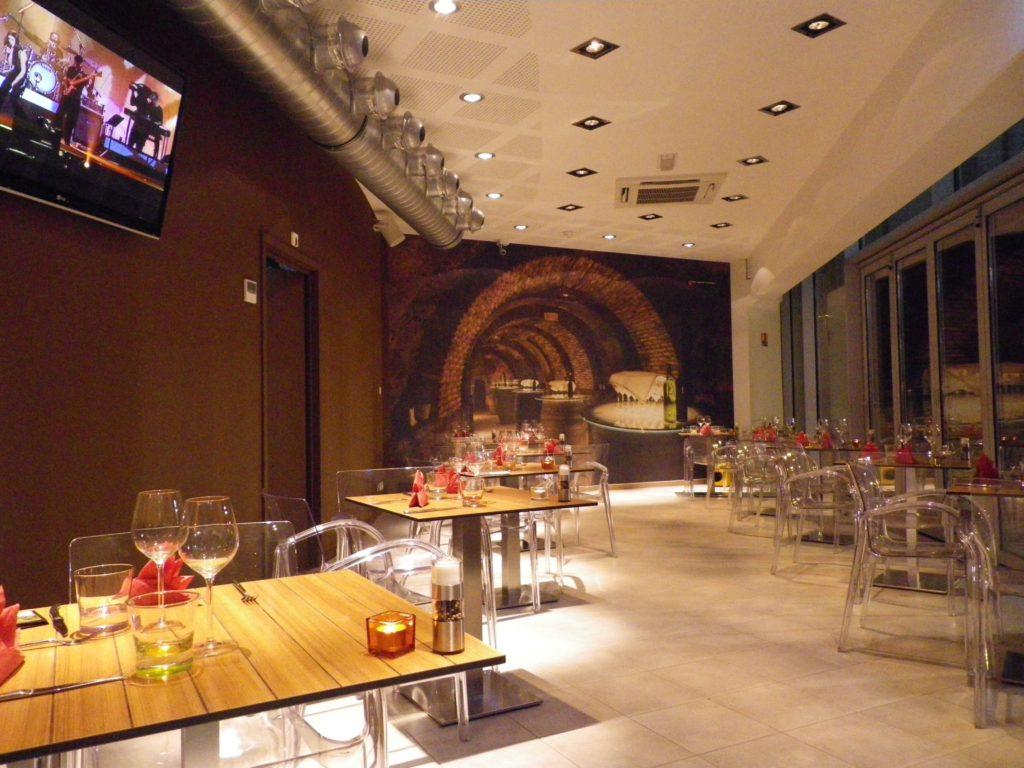 photo d'une salle de restaurant avec une toile imprimée trompe l'oeil cave à vin