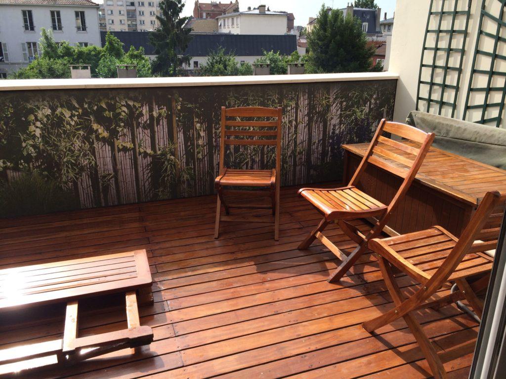 photo d'une toile imprimée sur un balcon avec un visuel de bambou