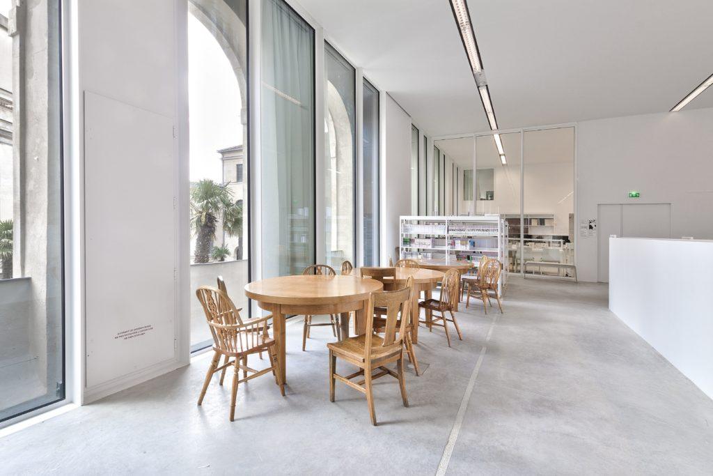 photo de plafond blanc acoustique dans une des salles de la médiathèque Françoise Sagan