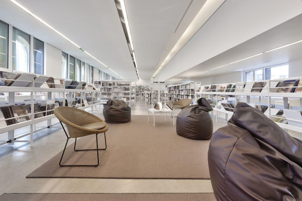 photo de plafond blanc acoustique dans une des salles de lecture de la médiathèque Françoise Sagan