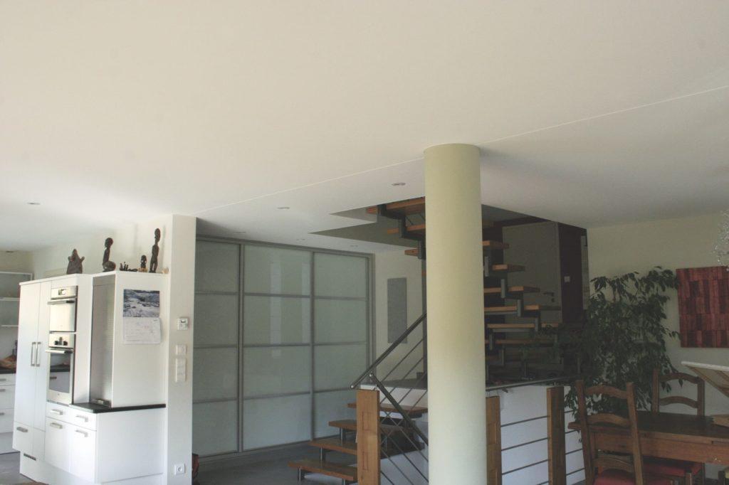 photo d'un plafond blanc tendu à froid avec un double joint