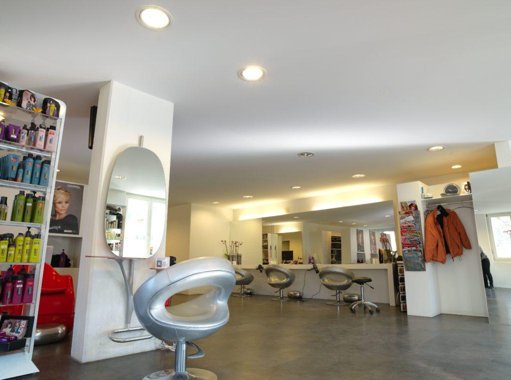 photo d'un salon de coiffure avec un plafond tendu à froid blanc
