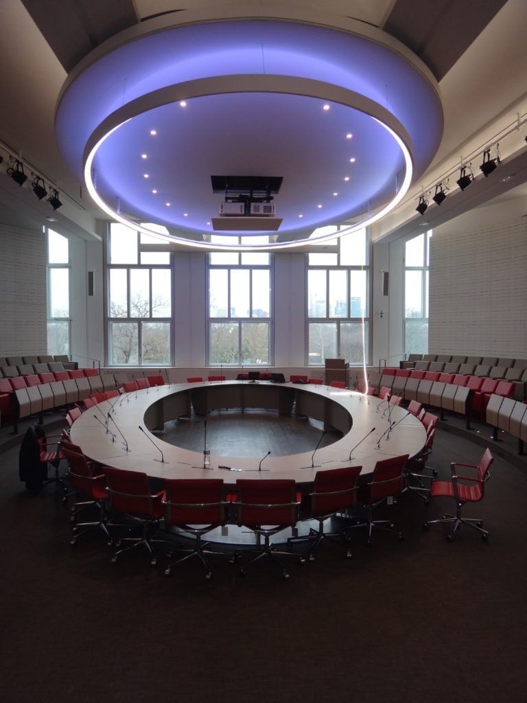 Photo d'une salle de conférence dans une université avec un plafond rétréoclairé ovale