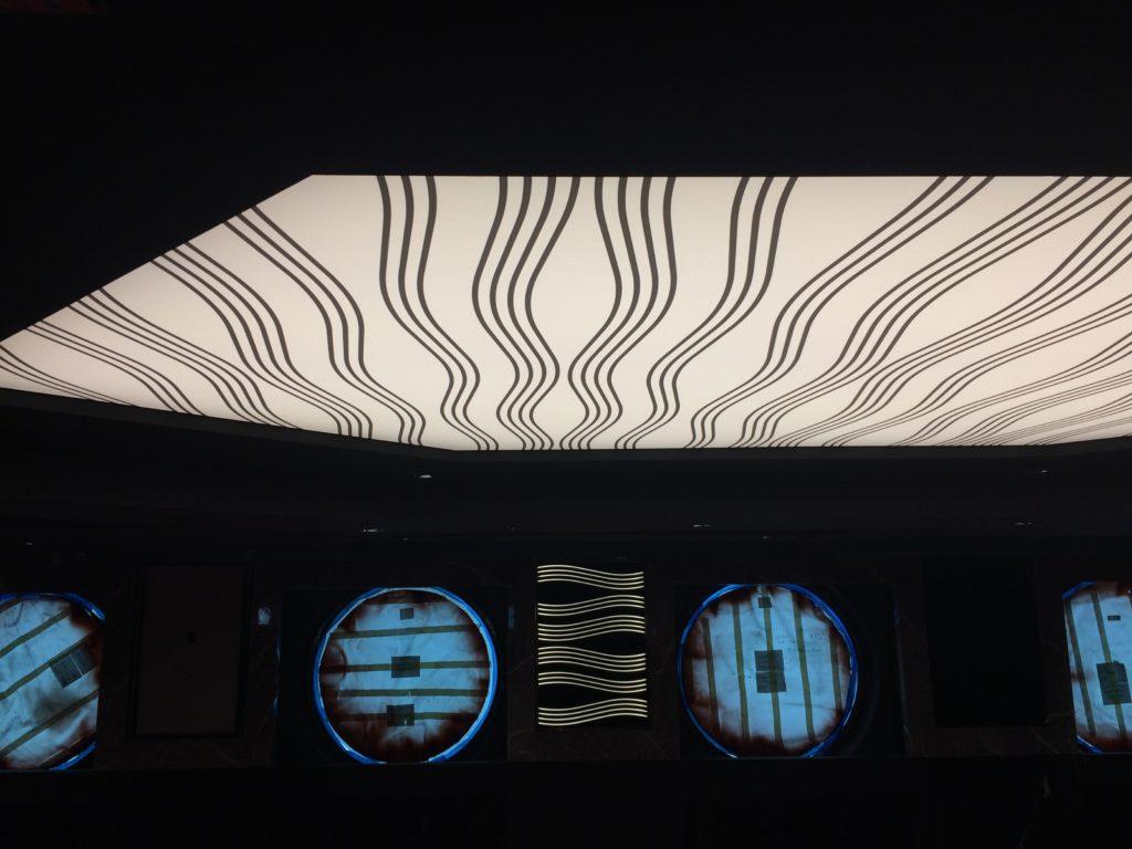 photo d'un plafond imprimé sur la face arrière de notre revêtement standard avec des rayures noires