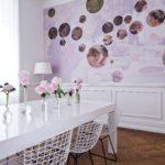 Photo d'un mur imprimé dans une salle a mangé design moderne avec une revisite d'un tableau issu des collections de la R.M.N.