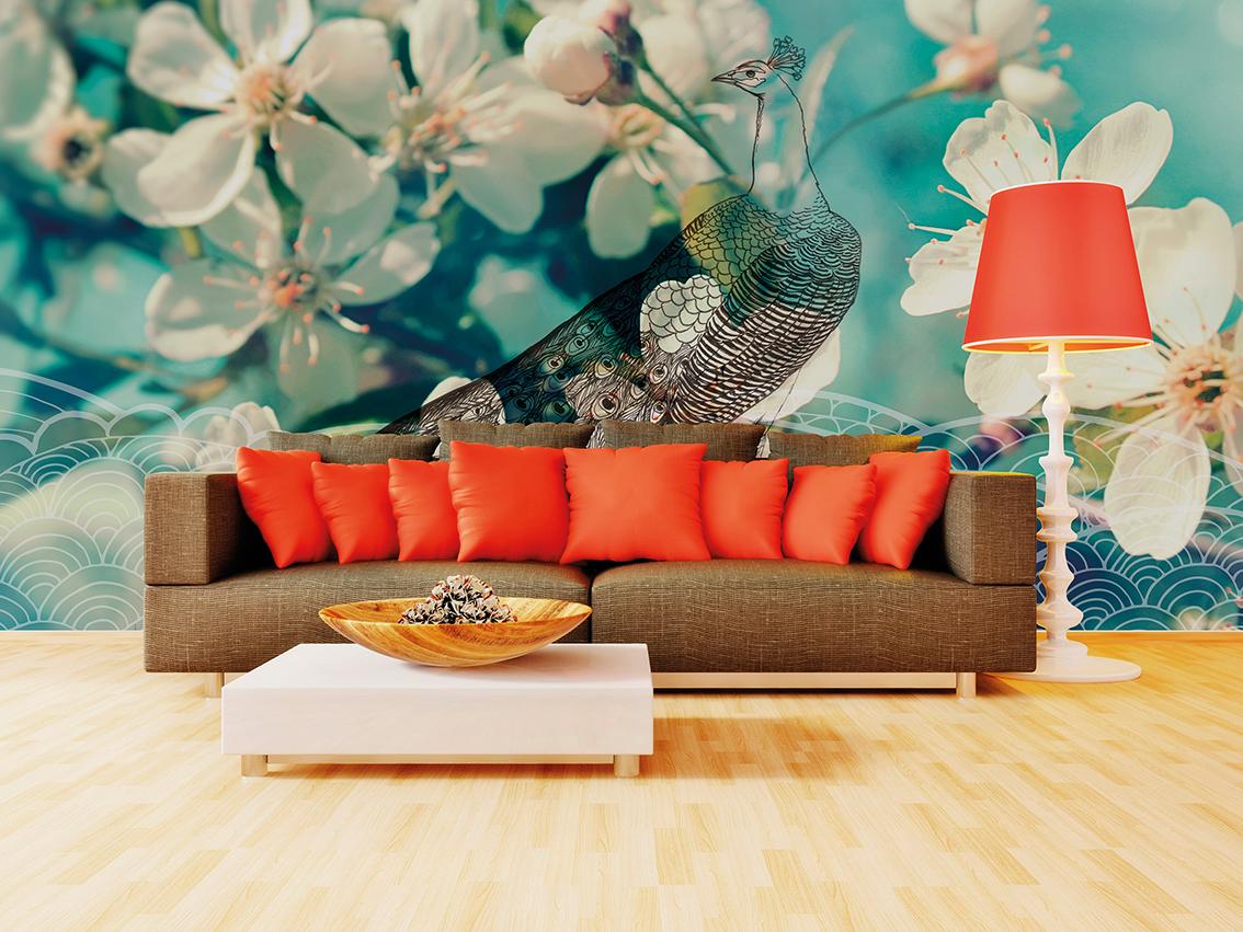 Photo d'un mur imprimé avec un visuel de paon et de fleur sur le mur d'un salon